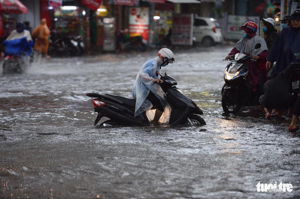 TP.HCM mưa gió mù mịt 2 tiếng: đường ngập khắp nơi, cây đổ, xe ngã... - Ảnh 9.