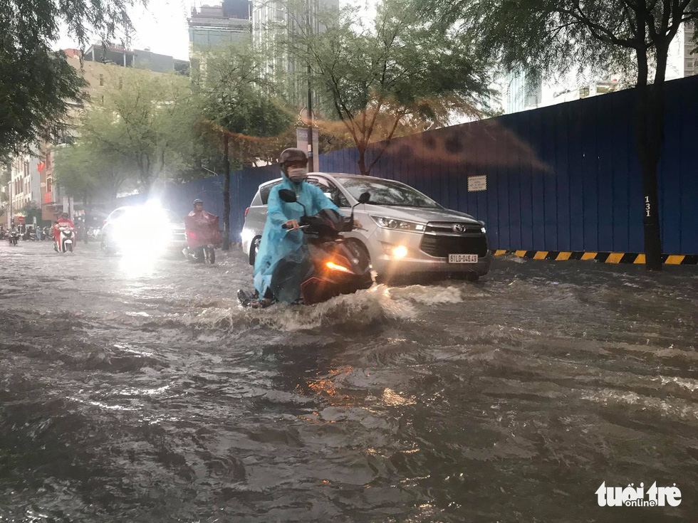TP.HCM mưa gió mù mịt 2 tiếng: đường ngập khắp nơi, cây đổ, xe ngã... - Ảnh 12.