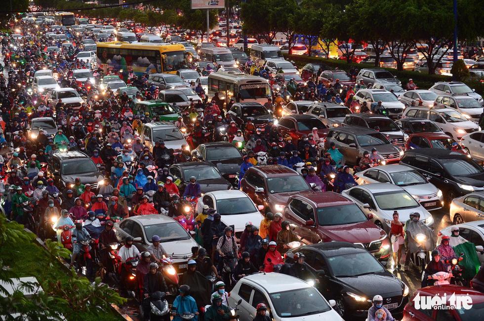 Người người đang bị chôn chân trên đường Sài Gòn sau mưa lớn chiều 16-6 - Ảnh 1.