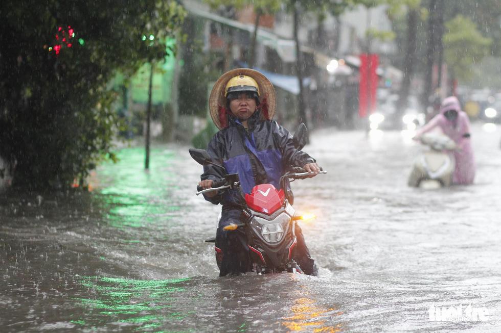 TP.HCM mưa gió mù mịt 2 tiếng: đường ngập khắp nơi, cây đổ, xe ngã... - Ảnh 4.