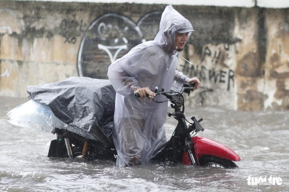 TP.HCM mưa gió mù mịt 2 tiếng: đường ngập khắp nơi, cây đổ, xe ngã... - Ảnh 5.