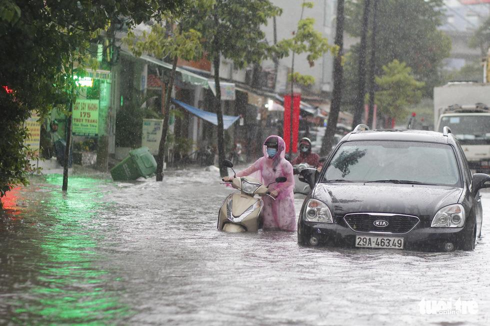TP.HCM mưa gió mù mịt 2 tiếng: đường ngập khắp nơi, cây đổ, xe ngã... - Ảnh 6.