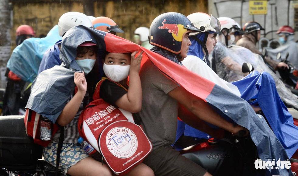 Người người đang bị chôn chân trên đường Sài Gòn sau mưa lớn chiều 16-6 - Ảnh 3.