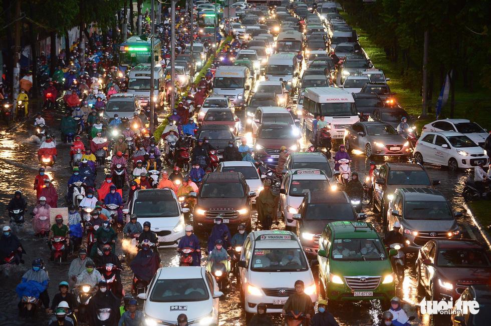 Người người đang bị chôn chân trên đường Sài Gòn sau mưa lớn chiều 16-6 - Ảnh 2.