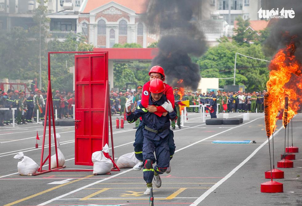 Xem các chiến sĩ vượt tường lửa chữa cháy, cứu nạn cứu hộ - Ảnh 2.