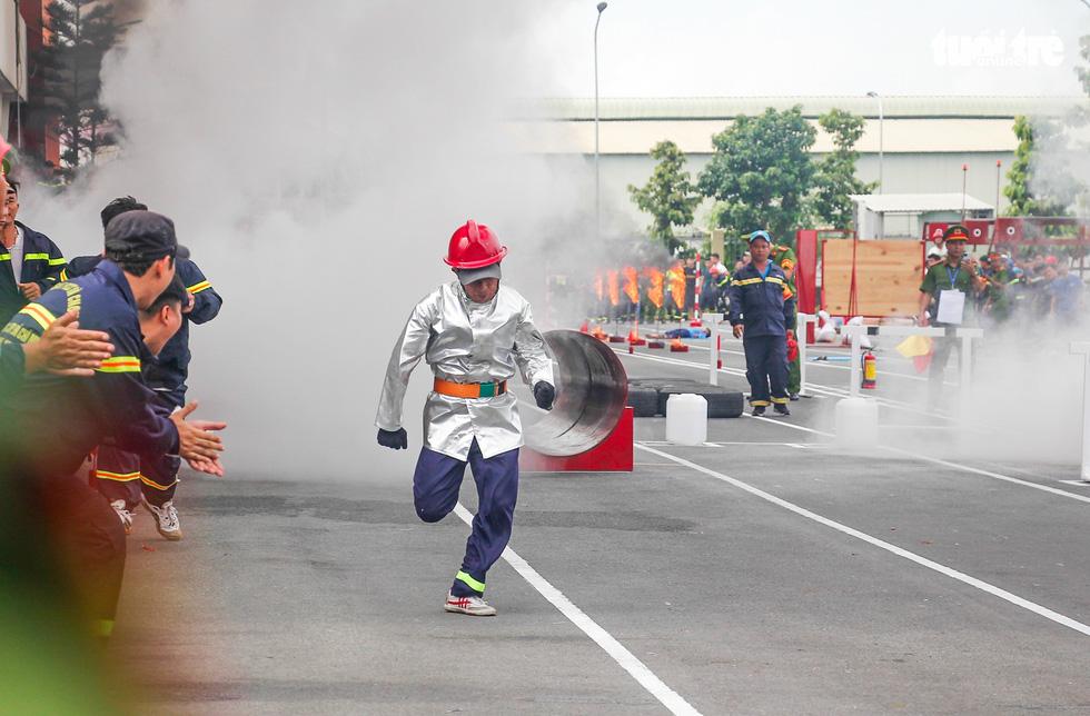 Xem các chiến sĩ vượt tường lửa chữa cháy, cứu nạn cứu hộ - Ảnh 10.