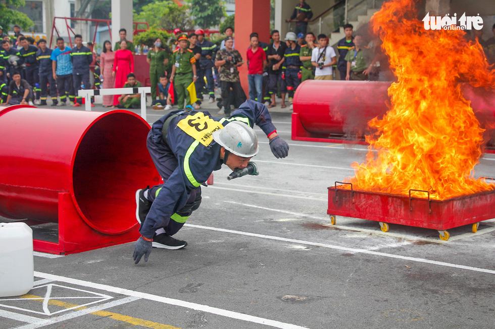 Xem các chiến sĩ vượt tường lửa chữa cháy, cứu nạn cứu hộ - Ảnh 5.