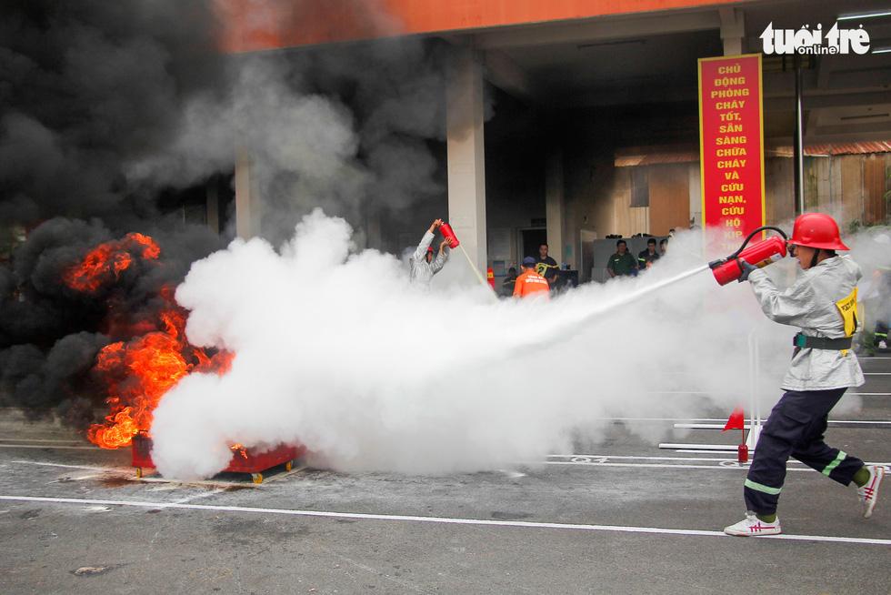 Xem các chiến sĩ vượt tường lửa chữa cháy, cứu nạn cứu hộ - Ảnh 8.