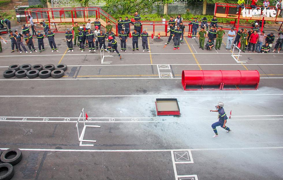 Xem các chiến sĩ vượt tường lửa chữa cháy, cứu nạn cứu hộ - Ảnh 3.
