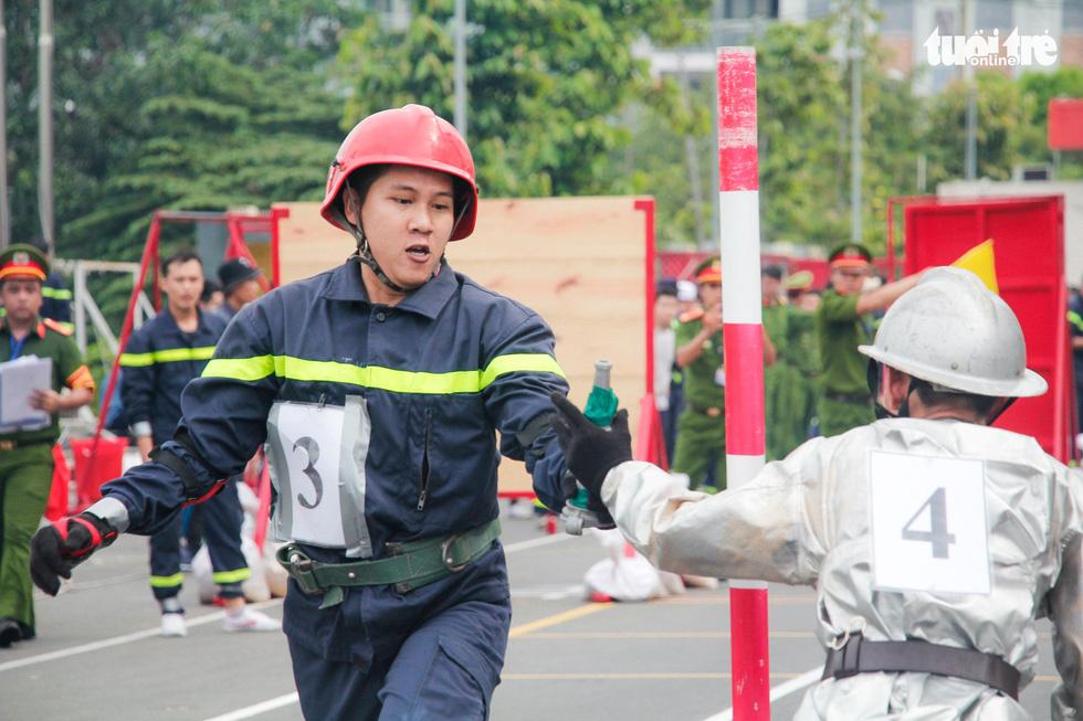 Xem các chiến sĩ vượt tường lửa chữa cháy, cứu nạn cứu hộ - Ảnh 7.