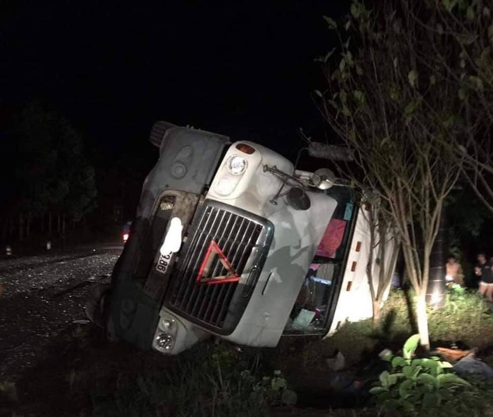 Xe 16 chỗ biển số Khánh Hòa bị xe container đè, giám đốc, thư ký và tài xế chết - Ảnh 4.