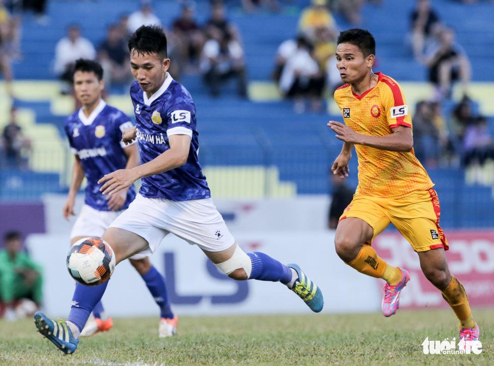 Chấm dứt 341 ngày không thắng ở V-League, HLV Thanh Hóa nhảy cẫng ăn mừng - Ảnh 1.