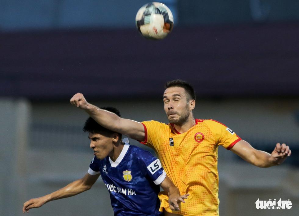 Chấm dứt 341 ngày không thắng ở V-League, HLV Thanh Hóa nhảy cẫng ăn mừng - Ảnh 9.