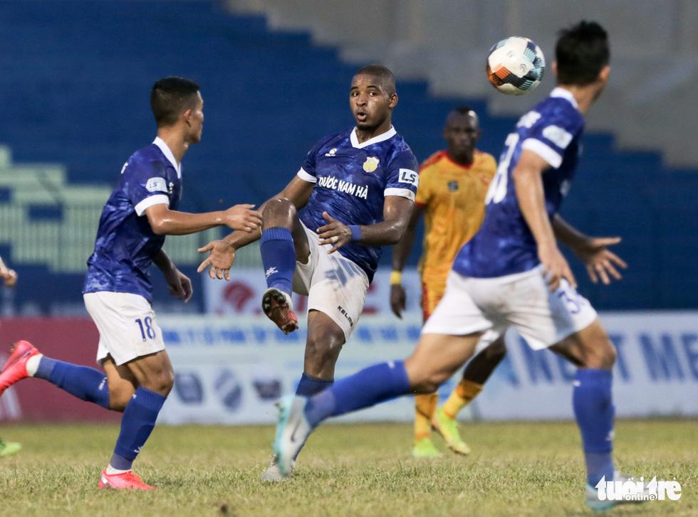 Chấm dứt 341 ngày không thắng ở V-League, HLV Thanh Hóa nhảy cẫng ăn mừng - Ảnh 5.