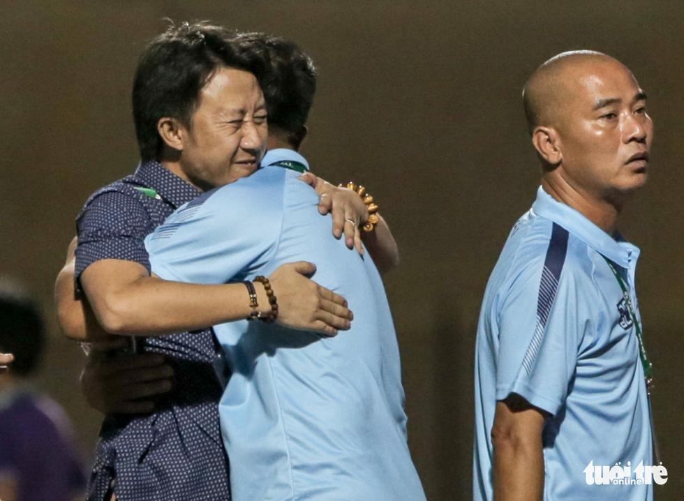 Chấm dứt 341 ngày không thắng ở V-League, HLV Thanh Hóa nhảy cẫng ăn mừng - Ảnh 3.