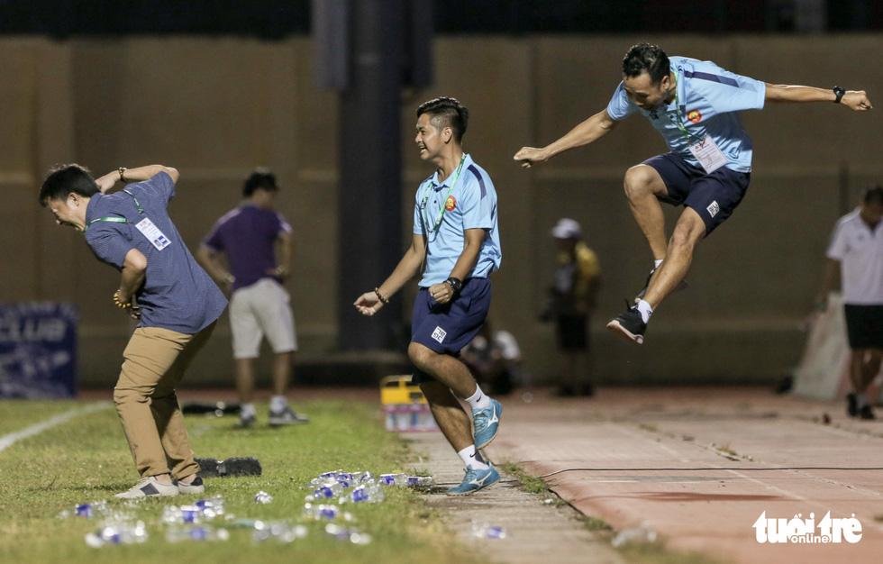 Chấm dứt 341 ngày không thắng ở V-League, HLV Thanh Hóa nhảy cẫng ăn mừng - Ảnh 2.