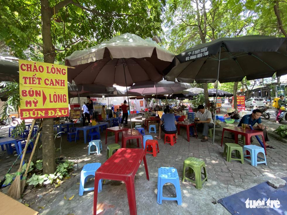 Hàng loạt tòa nhà tái định cư ở Hà Nội bị xẻ thịt để kinh doanh - Ảnh 2.