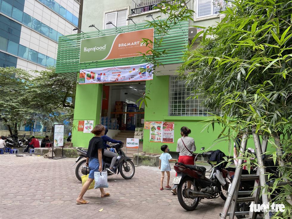 Hàng loạt tòa nhà tái định cư ở Hà Nội bị xẻ thịt để kinh doanh - Ảnh 4.