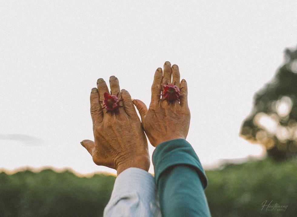Bộ ảnh đong đầy yêu thương về đôi tay ba mẹ của chàng trai Quảng Trị - Ảnh 3.
