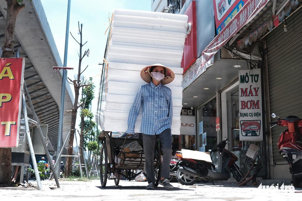 Người Hà Nội vật lộn với nắng nóng đỉnh điểm, nền nhiệt ngoài đường 50 độ C - Ảnh 4.