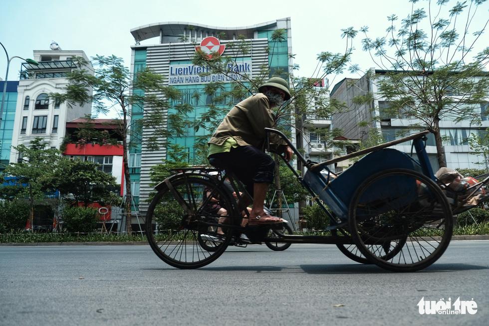 Người Hà Nội vật lộn với nắng nóng đỉnh điểm, nền nhiệt ngoài đường 50 độ C - Ảnh 5.