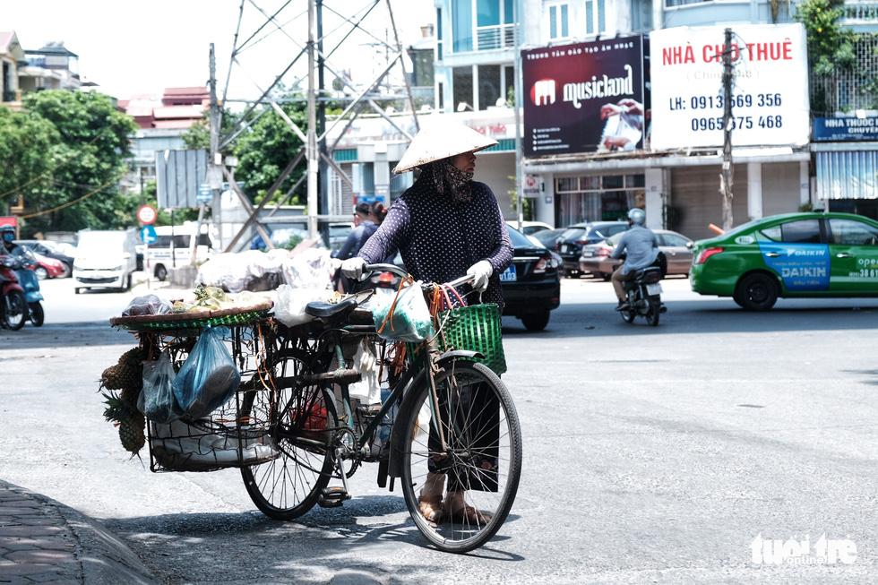 Người Hà Nội vật lộn với nắng nóng đỉnh điểm, nền nhiệt ngoài đường 50 độ C - Ảnh 7.