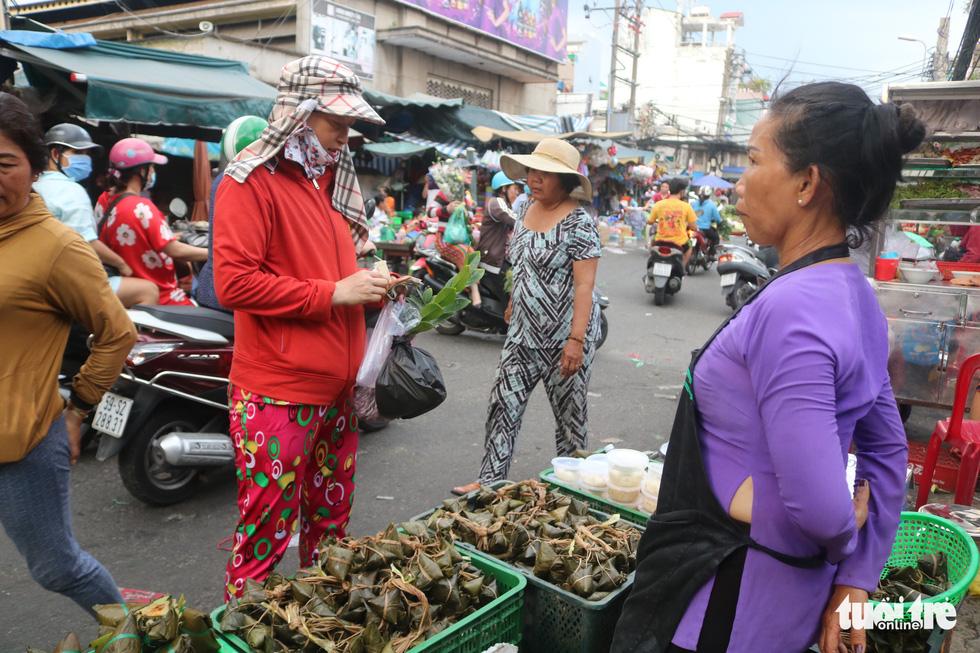 Trước Tết Đoan Ngọ, hàng hóa chậm lụt hơn năm ngoái - Ảnh 3.