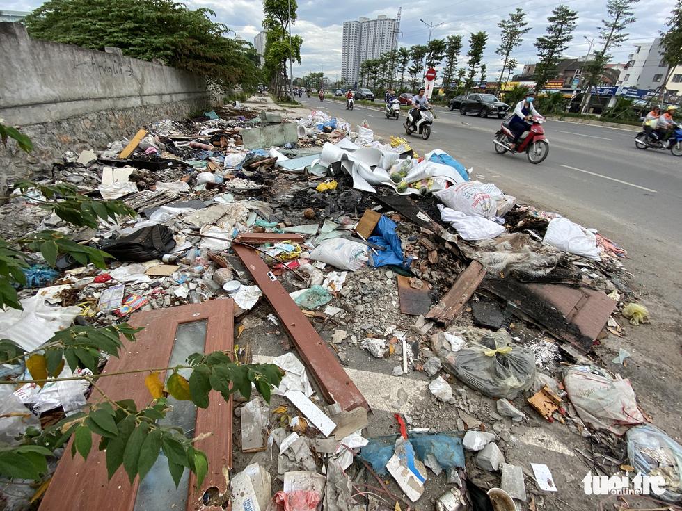 'Đại lộ' ngàn tỉ Chu Văn An dở dang, nhiều nơi ngập ngụa rác - Ảnh 1.
