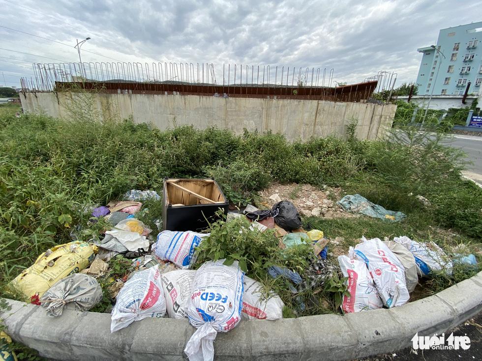 'Đại lộ' ngàn tỉ Chu Văn An dở dang, nhiều nơi ngập ngụa rác - Ảnh 7.