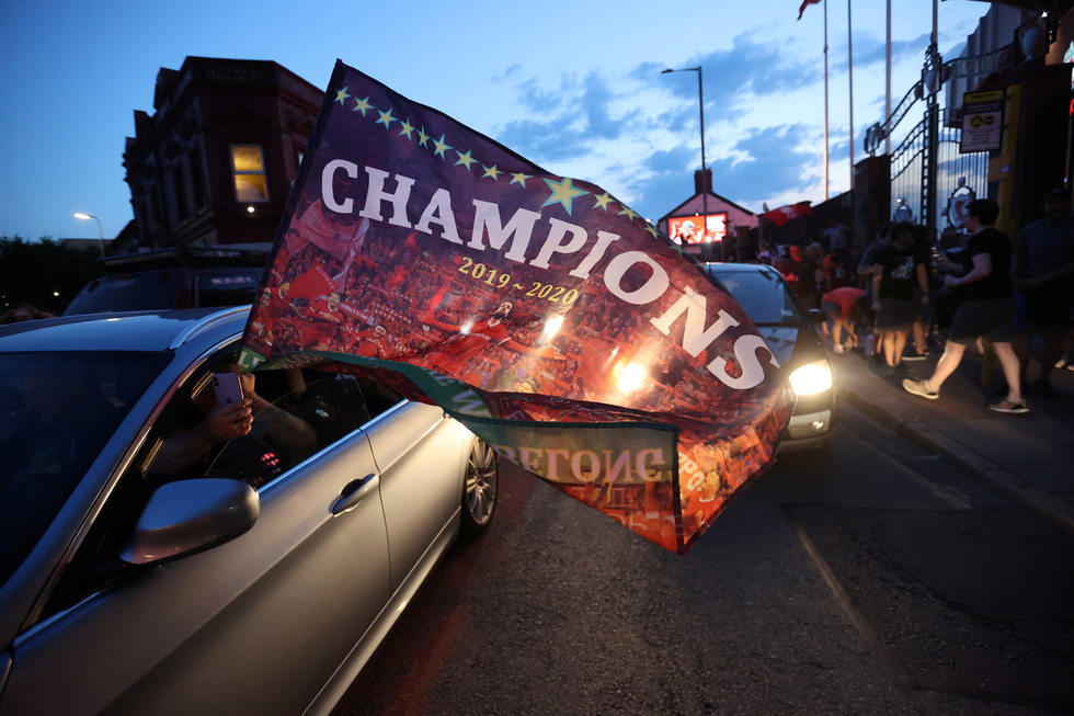 Cầu thủ, CĐV Liverpool mở tiệc ăn mừng chức vô địch Premier League - Ảnh 12.