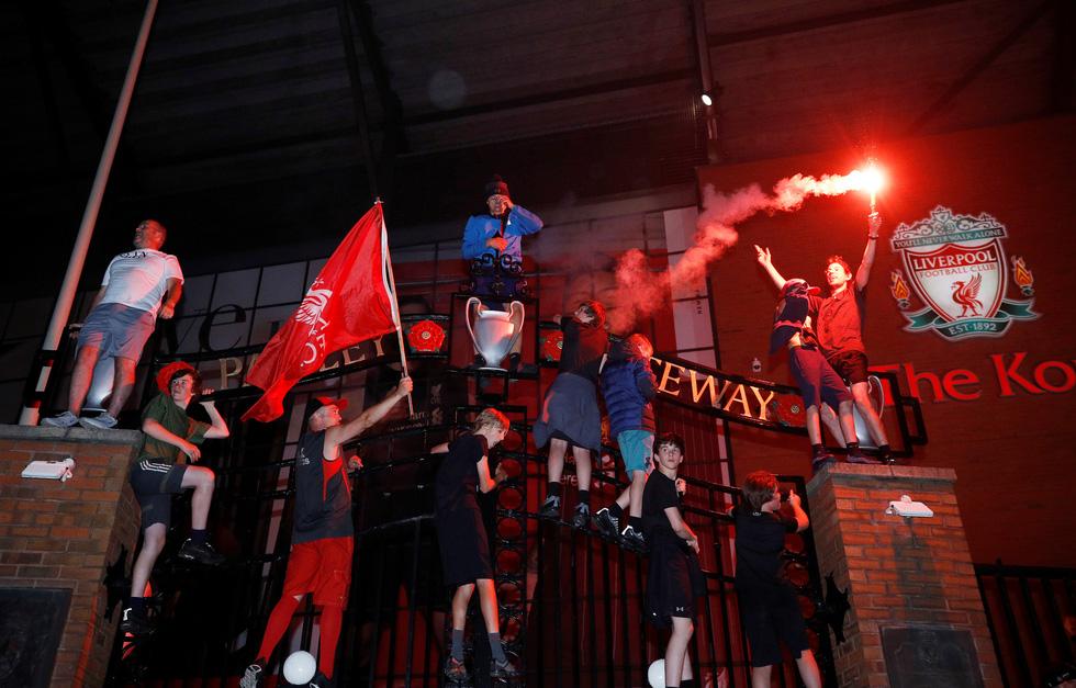 Cầu thủ, CĐV Liverpool mở tiệc ăn mừng chức vô địch Premier League - Ảnh 6.