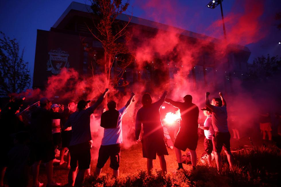 Cầu thủ, CĐV Liverpool mở tiệc ăn mừng chức vô địch Premier League - Ảnh 7.