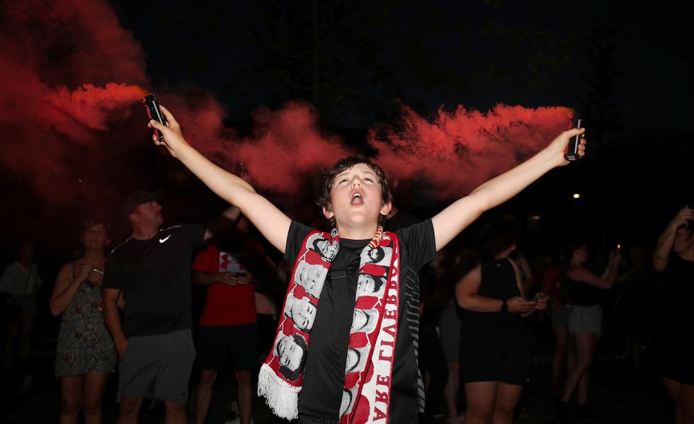 Cầu thủ, CĐV Liverpool mở tiệc ăn mừng chức vô địch Premier League - Ảnh 8.
