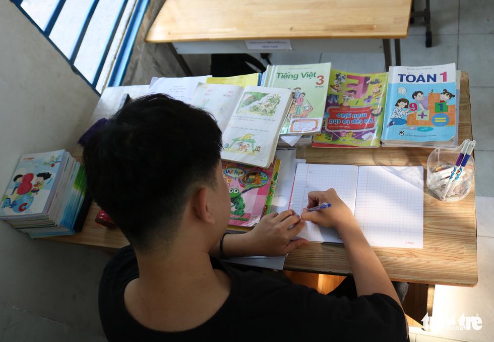 9X đi làm lấy tiền mua sách vở, dạy học trò lớp tình thương - Ảnh 5.