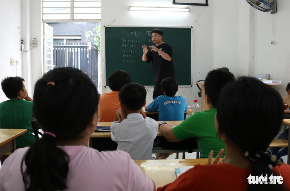 9X đi làm lấy tiền mua sách vở, dạy học trò lớp tình thương - Ảnh 6.