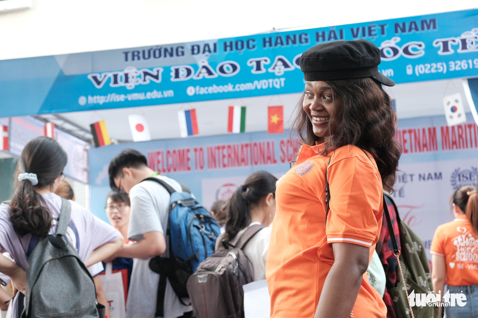 Bất ngờ vì sinh viên nước ngoài đi tư vấn tuyển sinh - Ảnh 2.