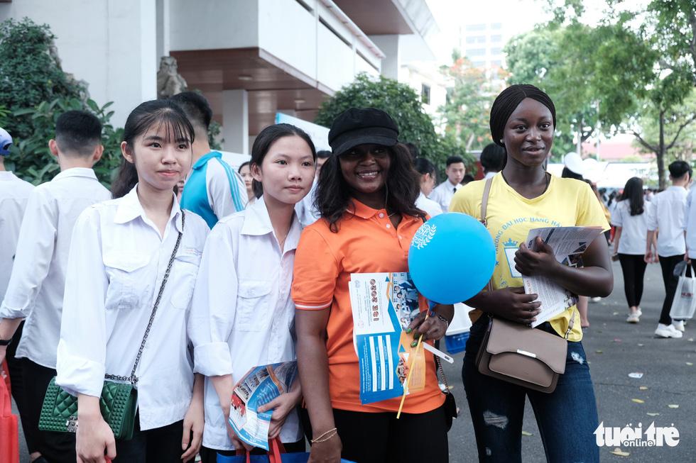 Bất ngờ vì sinh viên nước ngoài đi tư vấn tuyển sinh - Ảnh 1.