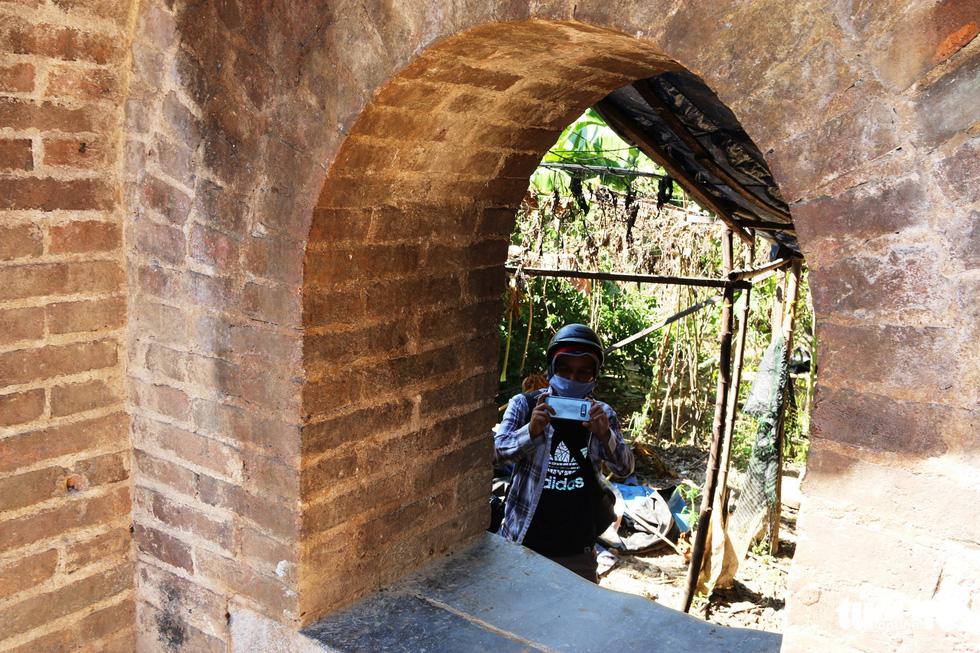 Chiếc cổng kỳ lạ tuyệt đẹp vừa phát lộ ở kinh thành Huế: Không chỉ có một - Ảnh 4.