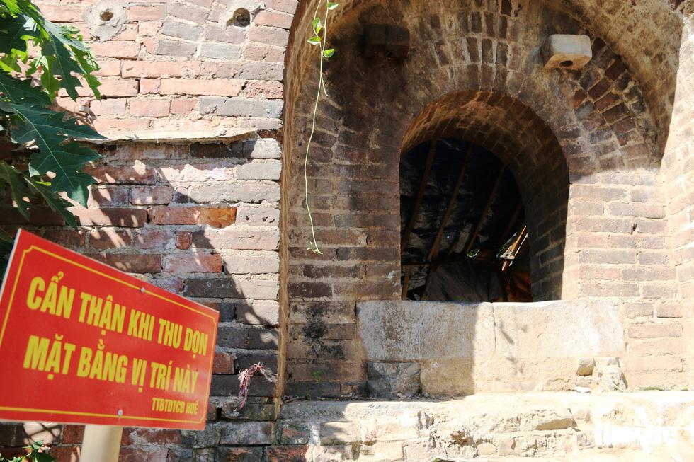 Chiếc cổng kỳ lạ tuyệt đẹp vừa phát lộ ở kinh thành Huế: Không chỉ có một - Ảnh 6.