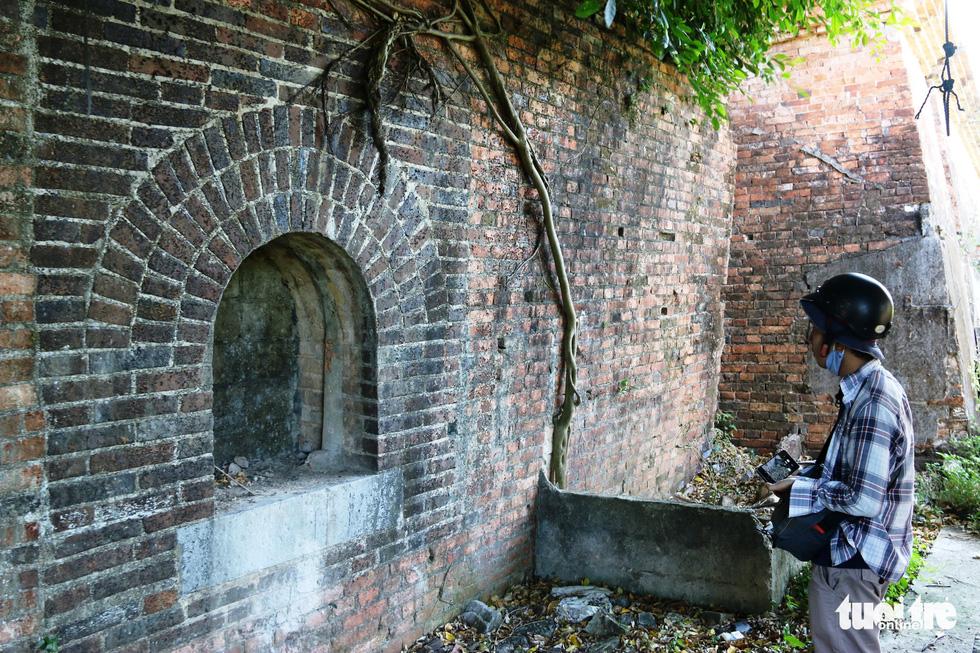 Chiếc cổng kỳ lạ tuyệt đẹp vừa phát lộ ở kinh thành Huế: Không chỉ có một - Ảnh 2.