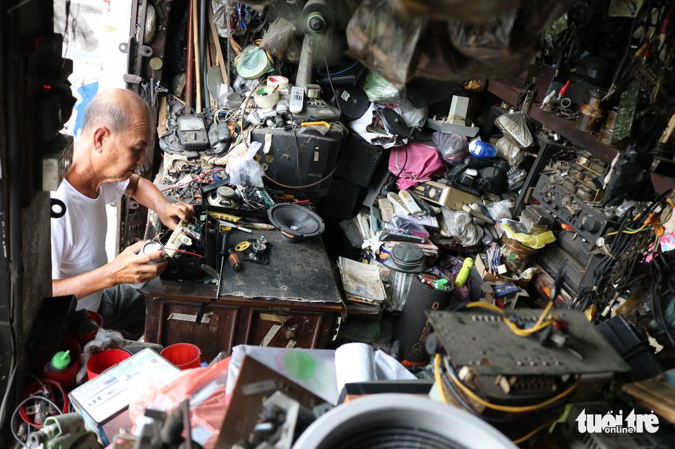 Người giữ âm thanh cũ ở Sài Gòn - Ảnh 2.