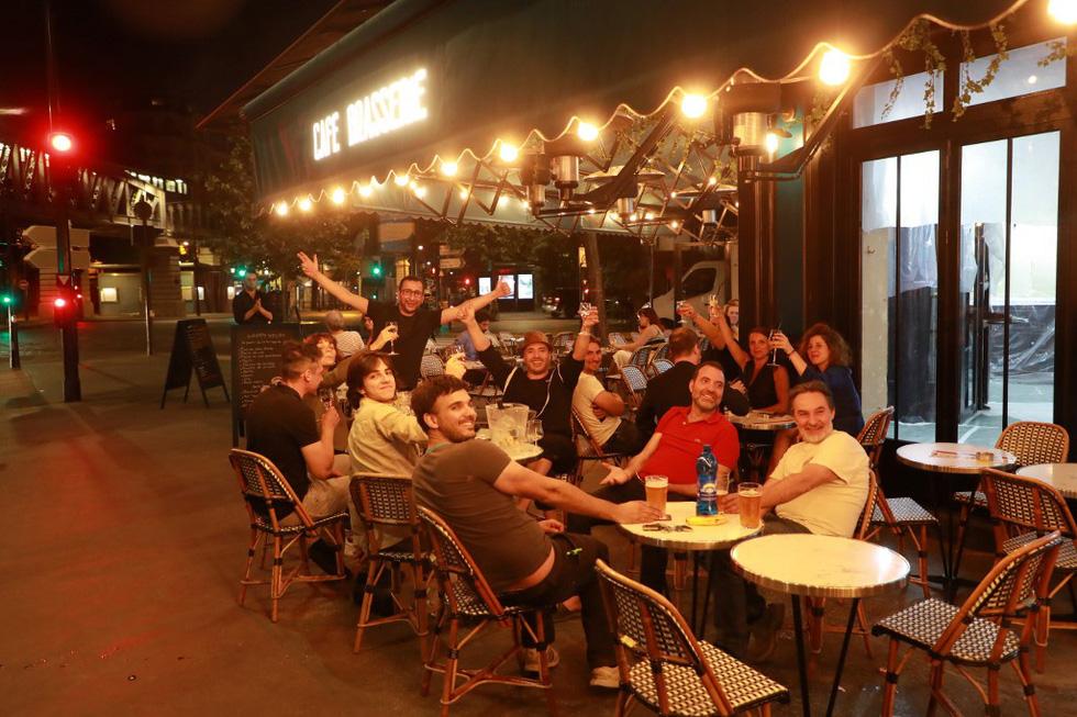 Dân Pháp đi uống cà phê sau cách ly đông vui như ngày hội - Ảnh 2.