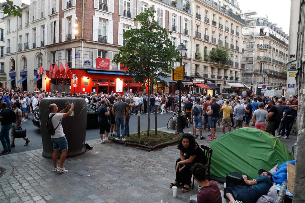 Dân Pháp đi uống cà phê sau cách ly đông vui như ngày hội - Ảnh 4.