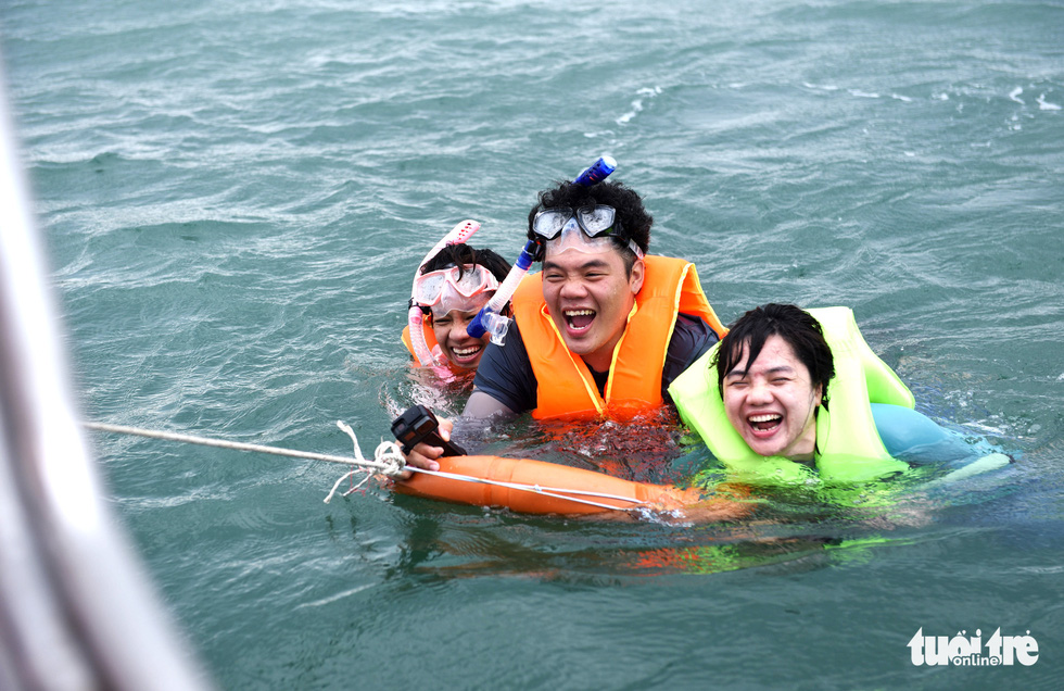 Đến Cù Lao Câu lặn ngắm san hô, ngắm vương quốc đá - Ảnh 2.