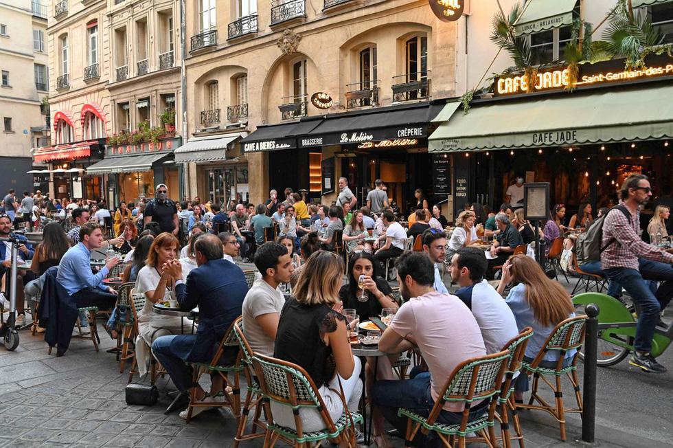 Dân Pháp đi uống cà phê sau cách ly đông vui như ngày hội - Ảnh 5.