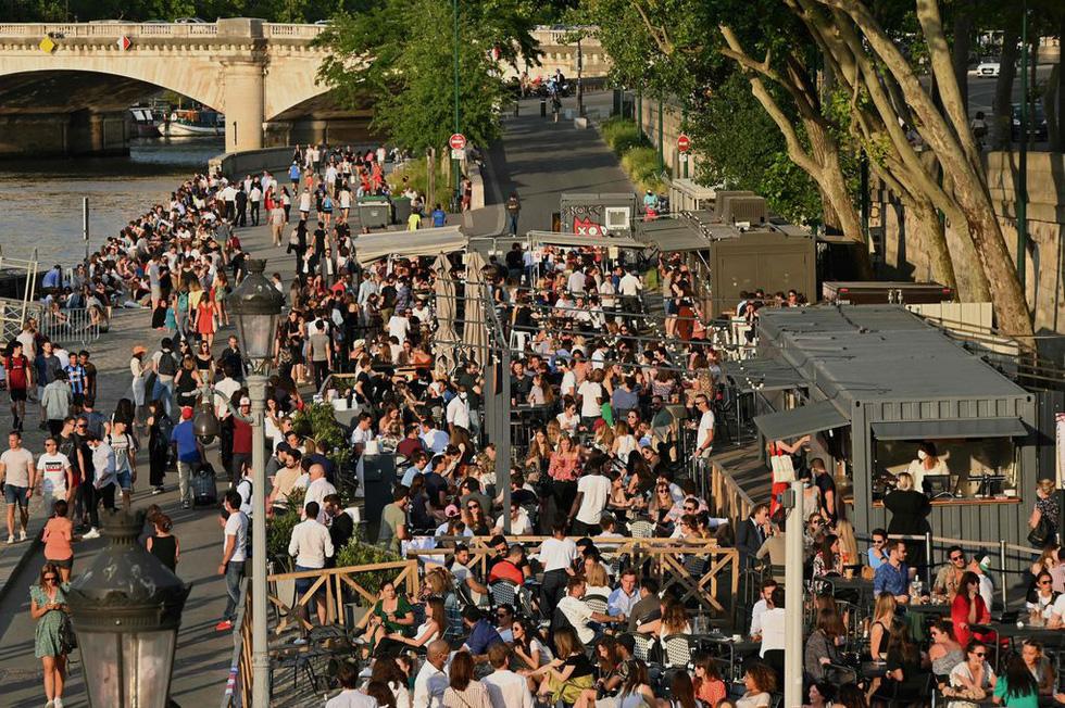 Dân Pháp đi uống cà phê sau cách ly đông vui như ngày hội - Ảnh 6.