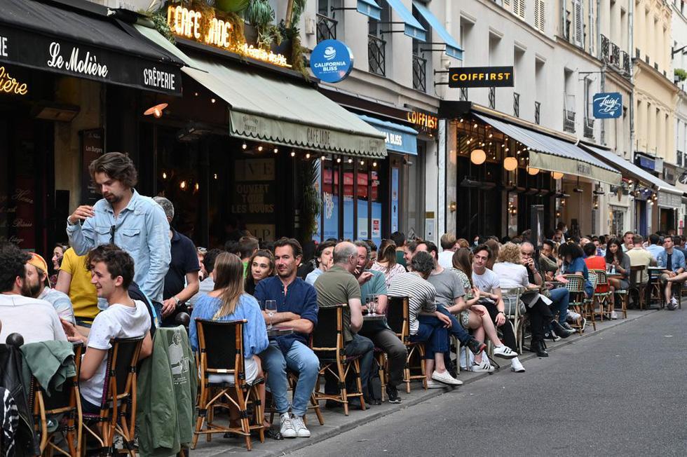 Dân Pháp đi uống cà phê sau cách ly đông vui như ngày hội - Ảnh 1.
