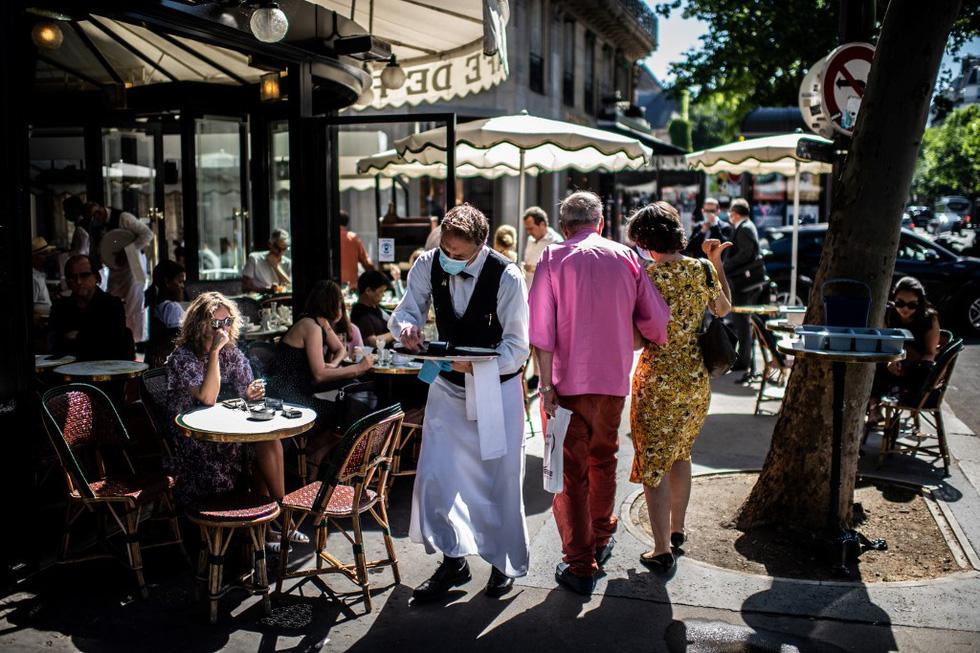 Dân Pháp đi uống cà phê sau cách ly đông vui như ngày hội - Ảnh 3.