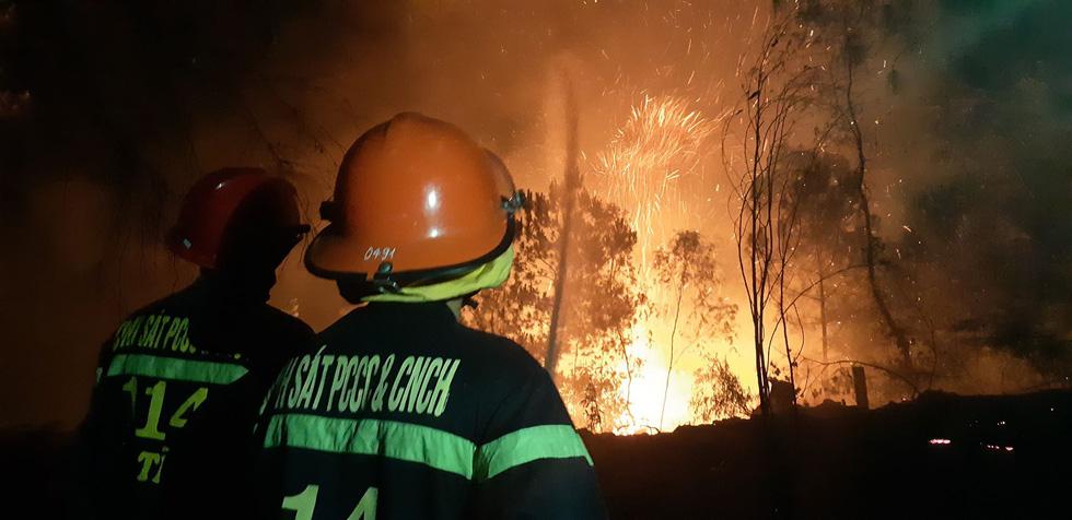 Sau Nghệ An, rừng ở Hà Tĩnh lại đang cháy ngùn ngụt trong đêm - Ảnh 2.