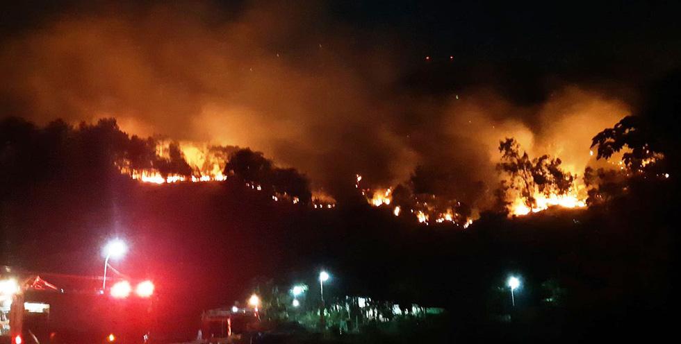 Sau Nghệ An, rừng ở Hà Tĩnh lại đang cháy ngùn ngụt trong đêm - Ảnh 1.